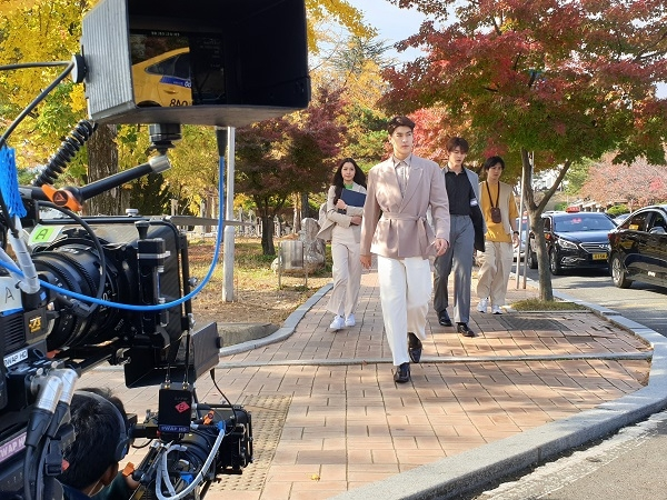 태국 드라마 촬영팀이 동국대 경주캠퍼스를 배경으로 캠퍼스신을 촬영하고 있다.