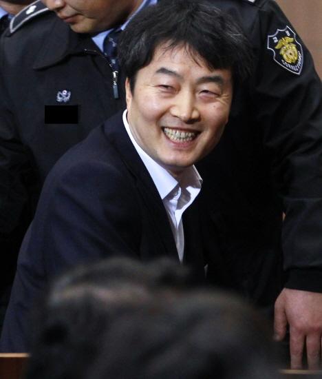 이석기 전 통합진보당 의원에 대한 법원의 최종 선고가 내려지는 22일 오후 서울 서초구 대법원 대법정에 이 전 의원이 출석, 동료들을 쳐다보고 있다. 2015.01.22.[뉴시스]
