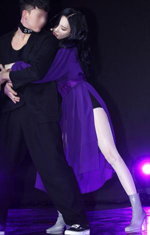 [IS포토] 男 댄서와 섹시미 휘날리는 주인공 '선미'