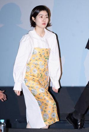[IS포토] 심은경, 독특 패션의 선구자 '헐~ 앞치마 하고 온 줄~'