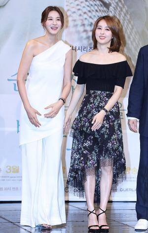 [IS포토] 유인영-한혜진, 화기애애한 손 꼭 잡고 '두 미녀'