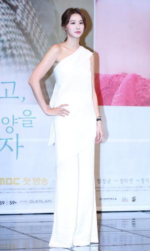 [IS포토] 유인영, 여신컨셉 '손꼭잡고 제작발표회' 의상