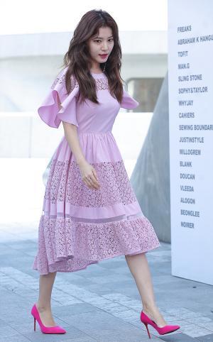 [IS포토|서울패션위크] 정시아, '핑크는 미녀의 힘'