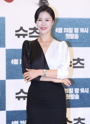 [IS포토] 진희경, 드라마 '슈츠'의 대표 여변호사