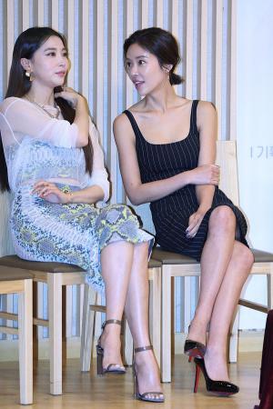 [IS포토] 오윤아-황정음, '미녀는 수다를 좋아해~'