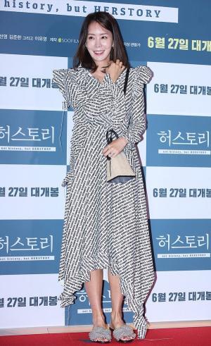 [IS포토] 김정은, 목욕탕 패션 휘날린 '허스토리 시사회'