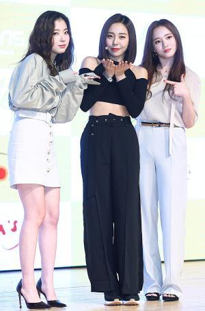 [IS포토] 애슐리, 앨범 응원온 레이디스 코드 '주니-소정'과 함께